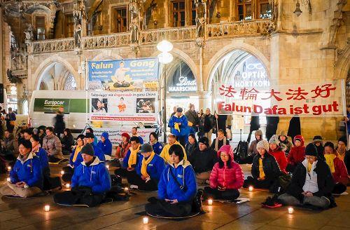 '圖1:十一月四日晚,法輪功學員在瑪麗亞廣場舉行燭光守夜活動,呼籲世人幫助制止迫害。'