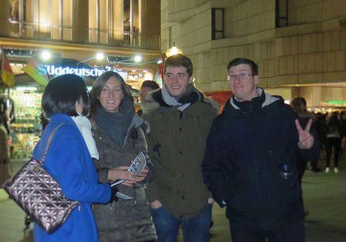 '圖9:來自西班牙的萊拉(左二)、安德(右二)和卡羅(右一)(Laila,AnderandCarlo)希望迫害早日結束。'
