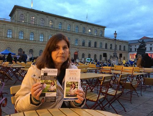 '圖12:安娜(Anna)是慕尼黑的出版商,她閱讀了法輪功的真相資料。她表示法輪功學員和平反迫害的方式也給她很大的觸動。'