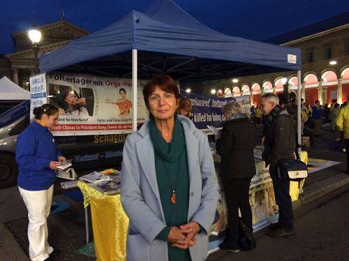 """&#039图13:德语教师克里斯汀在征签表上签名后说:""""感谢法轮功学员在这里举办活动,我希望活动能让更多人知道(在中国)所发生的迫害和罪恶,更多的人知道就会有更多的人帮助制止。""""&#039"""