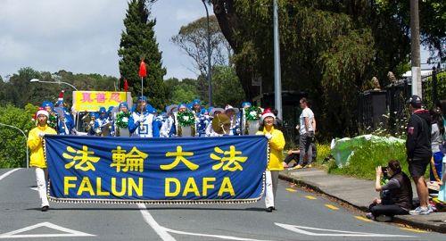 '图1~5:新西兰法轮功团体已经参加了二十场圣诞游行,成为了游行队伍里的亮点'