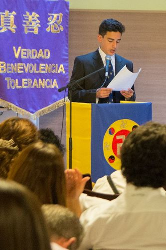 '图1-2:二零一六年阿根廷法会上,法轮功学员交流心得'