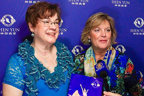 Barbara Sidick(右)是一位有着二十多年经验的室内设计师,她和朋友Michelle Lodge看完演出后对神韵的色彩运用从专业角度表达了由衷赞叹。(新唐人电视台截图)