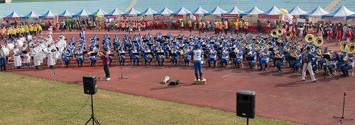 """'图2~4:南台湾志工运动大会,天国乐团受邀引领队伍进场,主持人赞:""""天国乐团展现了法轮大法的精神,名扬全世界,让我们全体志工精神抖擞、非常振奋。""""'"""