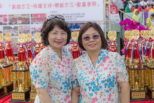 '图7:高市志愿服务协会理事长庄月珠(右)非常赞叹法轮功团队的精神,表现非常优质、祥和、茁壮令人佩服。'