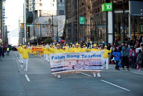 '图1~5:2016年12月4日,加拿大温哥华法轮大法学员参加了在温哥华市中心举行的圣诞大游行,受到民众热烈欢迎。'