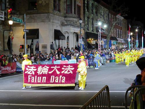 '图:由费城及周边城市的部份法轮功学员组成的腰鼓队应邀参加在西切斯特市(WestChester)圣诞游行,这已是法轮功学员连续第九年受到邀请'