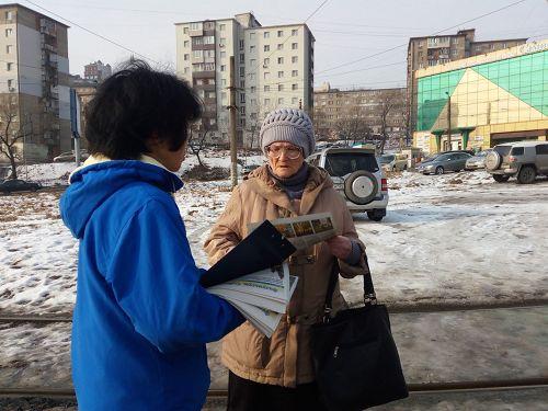 '图3~4:法轮功学员们和俄罗斯民众交谈'