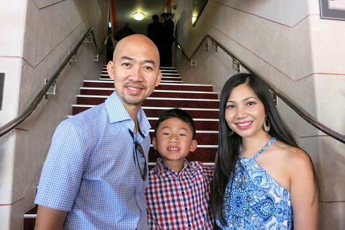 图8:西澳Wanneroo市议员阮修(Hugh Nguyen)与妻子、药店店主阮庄(Trang Nguyen)
