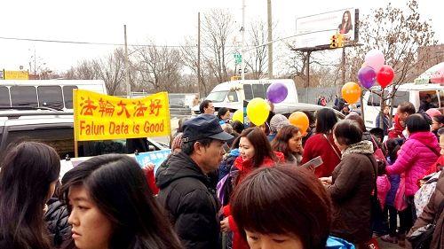 图1-2:二零一六年二月二十一日,纽约的法轮功学员在布碌仑八大道为华人送福,同时帮助<span class='voca' kid='82'>三退</span>保平安。
