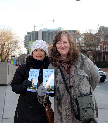 """图5:多伦多作家Margaret Dinsdale 经过现场,停下了跟法轮功学员交谈了很久,她表示要让全世界的人都知道""""活摘""""的真相。"""