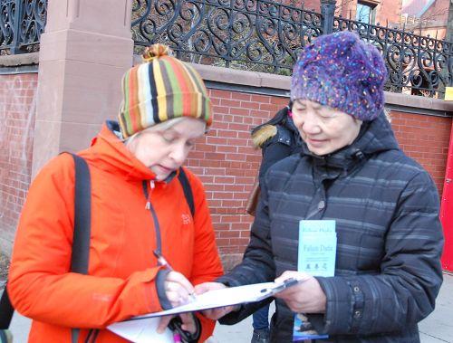 图6:多伦多大学女博士Gwen Macgregor(左)表示:支持控告江泽民!