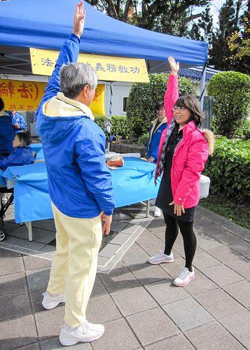 图9:台北殷小姐(右)现场学功,她感到法轮功很正,表示要好好学炼。