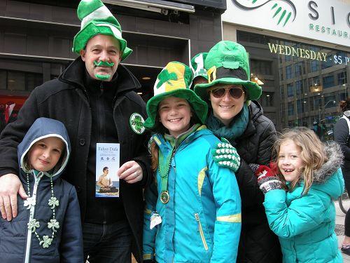 图4:多伦多高中老师William Dele先生(左二)与家人
