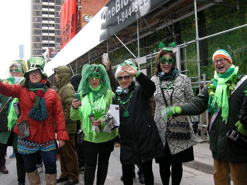 图6:多伦多一家公司顾问Jenyfe Burnn女士(中)与友人一起观看游行