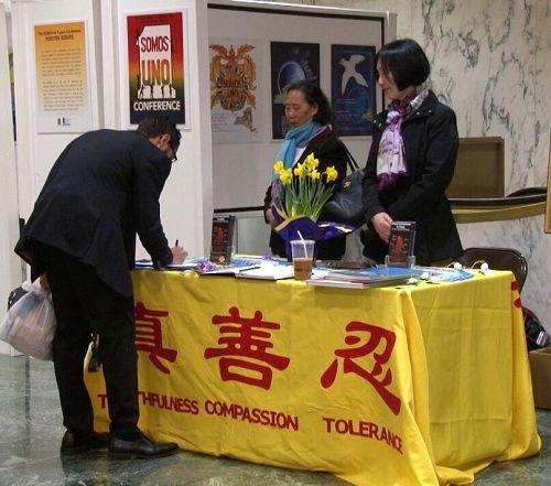 2016-3-18-minghui-falun-gong-artexhibit-newyork-06--ss.jpg