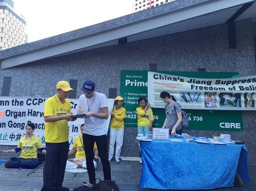 图1-4:很多民众以自己个人名义在给澳洲总理特恩布尔(Malcolm Turnbull)明信片上签名,敦促特恩布尔在四月份访华时就中国法轮功人权问题发声