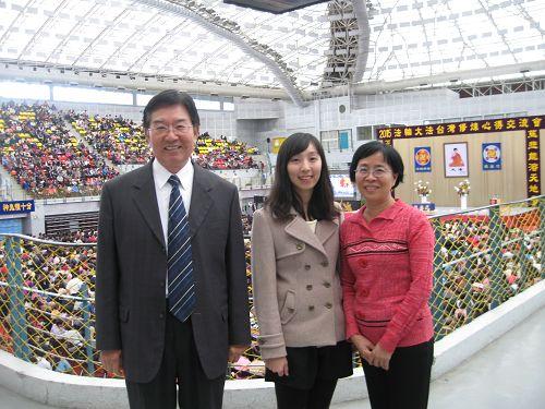 图:说黄丽医(左一)和妻子、女儿参加二零一五年台湾法轮大法修炼心得交流会。