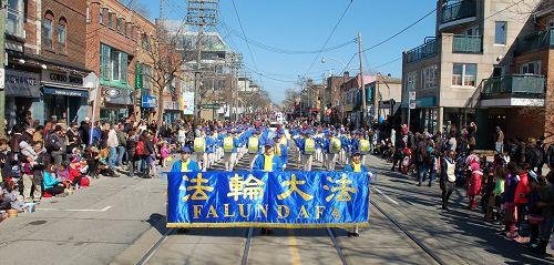 图1-3:二零一六年三月二十七日,由一百多名法轮功学员组成的多伦多天国乐团应邀参加了多伦多一年一度的复活节游行,沿途受到中西方观众欢迎。