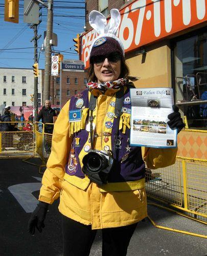 """图9:游行主办方负责人之一的Carol Mccague说: """"我们真的很喜欢天国乐团,希望腰鼓队明年也能来参加。"""""""