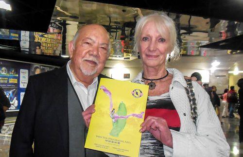 图5:墨西哥著名演员Sergio Corona和太太Ingrid观看了2月27日下午神韵巡回艺术团在墨西哥首都墨西哥城文化中心的演出。