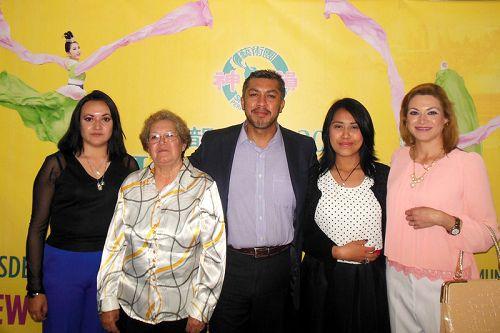 图6:墨西哥Grupo Fórmula广播电台的总裁助理Gustavo Pisano先生(中)、律师太太Belem Uribe(右一)、女儿Belén Pizano(右二)、心理学家(左一)Tracy Cabrera Uribe和岳母前舞蹈教师 Celia Uribe全家一行5人观看的演出。