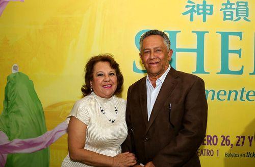 图8:墨西哥媒体公司TELE URBAN总裁Jaime Asturiano携太太观看了2月27日晚神韵巡回艺术团在墨西哥首都墨西哥城文化中心剧院的演出。