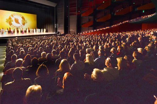 图7:美国神韵巡回艺术团在西雅图麦考剧院(McCaw Hall)三天五场的演出落下帷幕。图为神韵巡回艺术团于4月9日下午的演出。最后一场是离演出前一个月临时加的,也座无虚席。