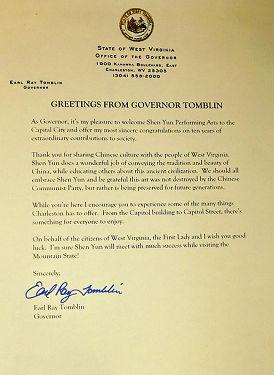 """图11:在神韵艺术团在查尔斯顿市3月29日开演的前一天,西维吉尼亚州州长Earl Ray Tomblin发出贺信说:""""我很高兴欢迎神韵来到首府,我向神韵十年来对社会的非凡成就表示最真诚的祝贺。"""""""