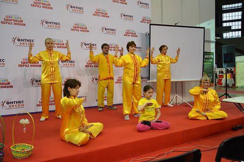法轮功学员在主要舞台上举行<span class='voca' kid='86'>功法</span>展示