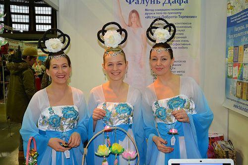身着仙女服饰的俄罗斯西人学员也上台表演