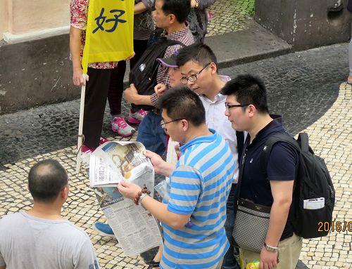 图2:民众迫不及待阅读真相报纸