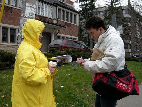 图7:多伦多市民Ian King先生(右)表示:我支持全球起诉江泽民!