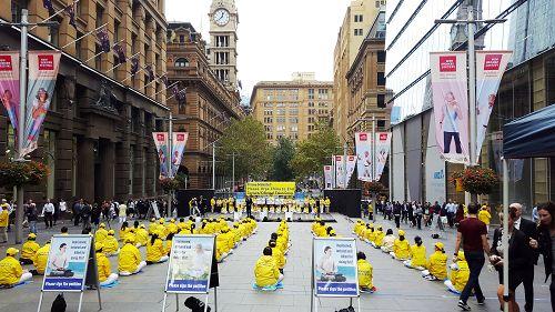 悉尼民众和法轮功学员在马丁广场集会