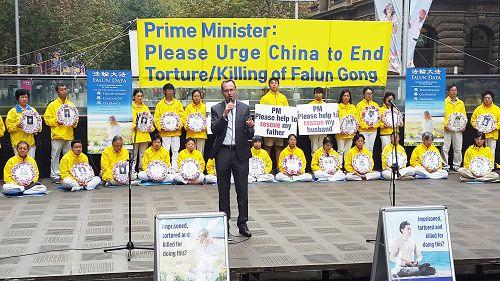 新南威尔士州绿党议员大卫•舒布瑞杰(David Shoebridge)在集会上发言