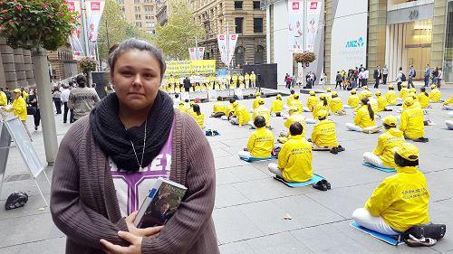 大学学生珊漾(Shanaye March)在一旁听集会发言并落泪