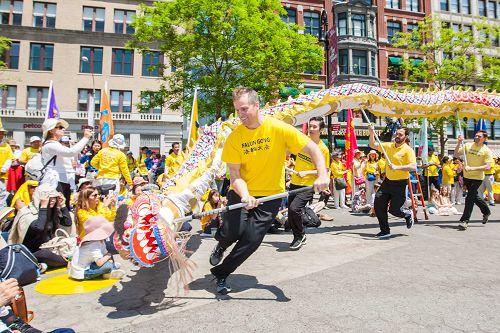 图4:喜庆的舞龙是每年庆祝活动中的保留节目,深受观众欢迎。