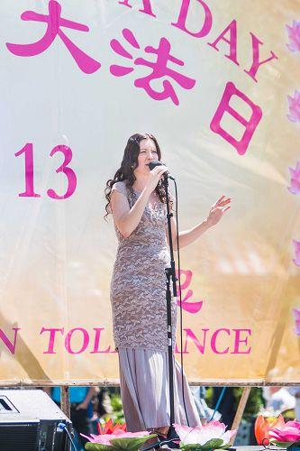 图6:芬兰姑娘Anna Kokkonen用音乐揭露迫害,支援中国的法轮功学员。