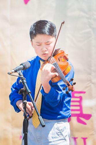 图7:十三岁的小弟子李缘缘已经可以驾驭高难度小提琴曲。