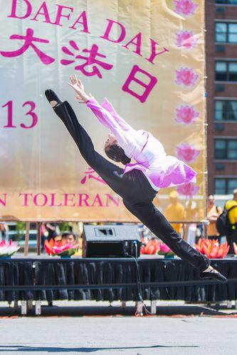 图8:三才艺术学院的小弟子的中国古典舞技巧高超。