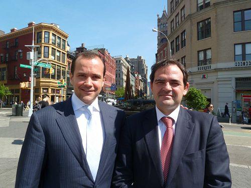 图10:一家国际投资银行总裁Iliya Zogovic(左)和该银行国际部主席Enrique Quemada非常高兴在纽约市中心看到法轮功集体炼功。