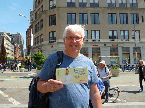 图12:比利时游客John要把自己手持法轮功传单的照片放到个人网页上,支持法轮功。