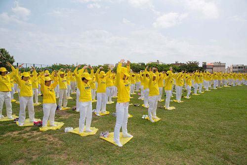 图3-5:二零一六年五月一日,来自南台湾七大县市一千五百多名法轮功学员,庆祝世界法轮大法日,排字和大炼功。