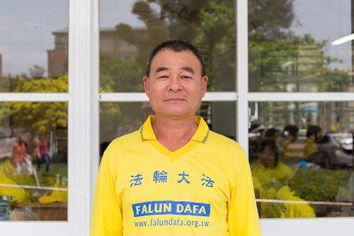 图8:台湾高雄职业联结车驾驶黄登宝修炼后,烟酒不沾,每天<span class='voca' kid='88'>学法</span>、炼功,多次逢凶化吉,感谢师恩再造。