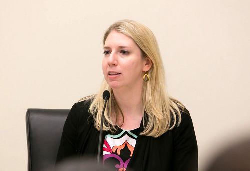 美國國際宗教自由委員會(USCIRF)東亞分析員穆弗德(Tina Mufford)女士贊賞法輪功學員的勇氣鼓舞人心。