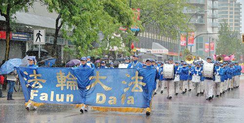 图1-3:法轮功学员冒雨参加了新西敏市海阅节游行,受到组委会和市民盛赞。