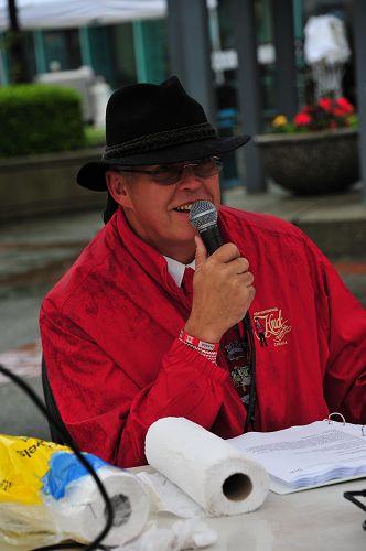 图5:主持人Glen Richmond先生赞叹法轮功学员游行队伍色彩明亮,充满祥和。