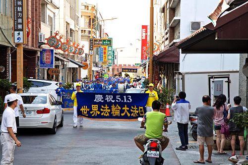 图4-6:南台湾的部分法轮功学员特于五月一日,汇聚于恒春半岛,举办游行踩街欢庆世界法轮大法日。
