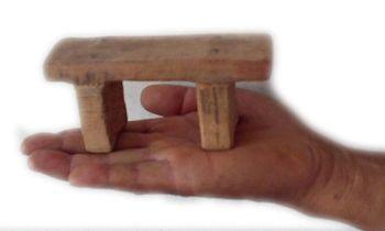 中共刑具:强迫法轮功学员坐的小凳