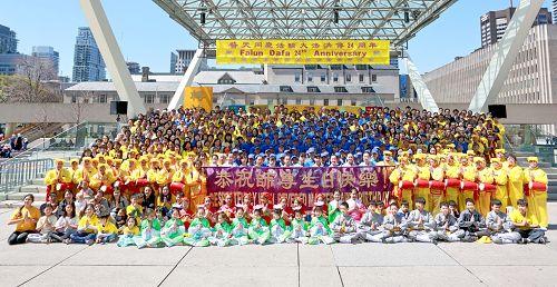 圖1:多倫多學員慶祝法輪大法日,恭賀李洪志師尊生日快樂!